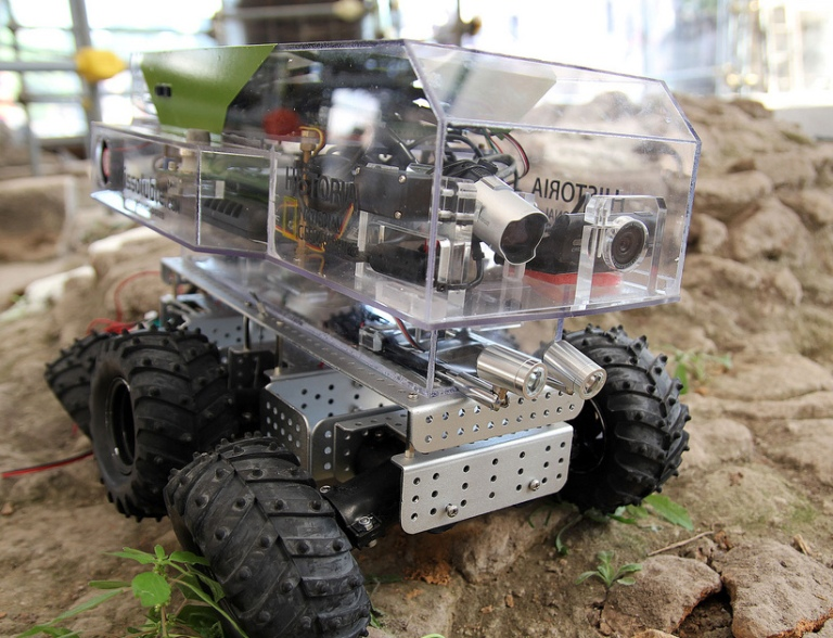 Archeorobot equipado con cámara HD.jpg